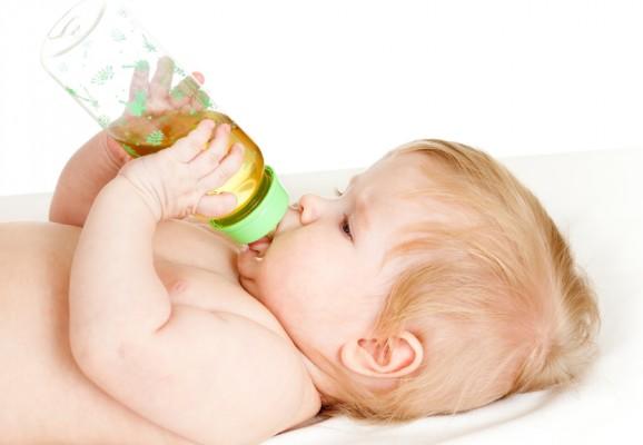 dziecko pije herbatke