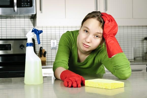 nastolatek sprząta